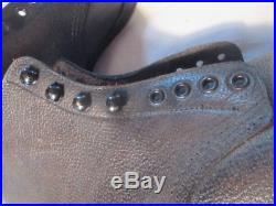 Brodequins cloutés ferrés WH en cuir noir datés 2.2.40, pointure 43 TBE+